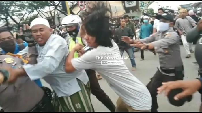 Video viral pemukulan polisi saat aksi 1812 di Pontianak