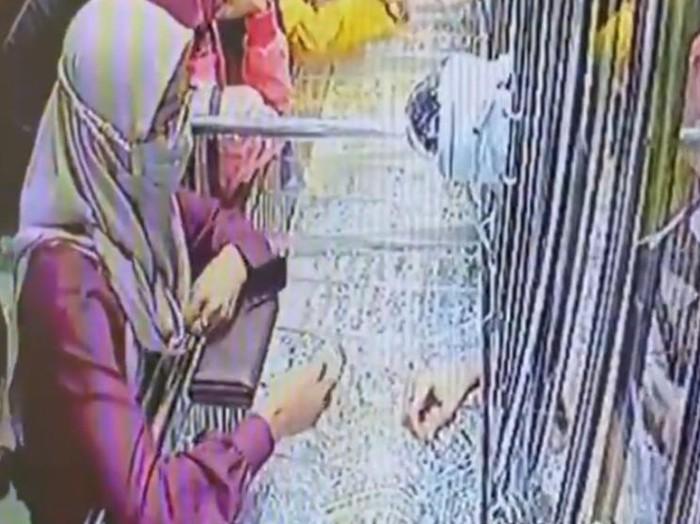 Viral video perempuan curi perhiasan emas hingga belasan juta di Kota Pekalongan, Jumat (18/12/2020).