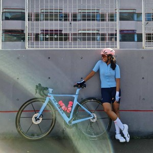 Foto: 7 Gaya Dian Sastrowardoyo Gowes Sepeda Balap Seharga Avanza