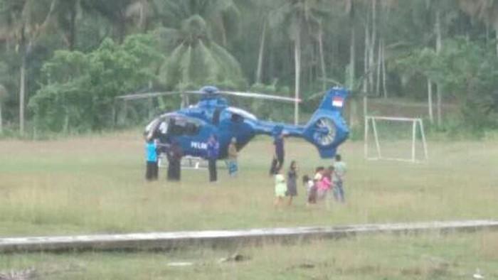 Helikopter mendarat darurat di lapangan sepakbola di Sulsel.