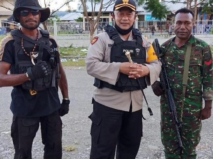 Kapolres Yalimo AKBP Rachmad (tengah).