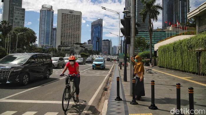 Sejumlah warga beraktivitas di kawasan Jalan Thamrin, Jakarta Pusat, Sabtu (19/12). Tahun lalu DKI Jakarta sempat jadi kota dengan polusi udara terburuk di dunia menurut data IQAIR. Jelang akhir 2020, kualitas udara di ibukota sudah jauh membaik.