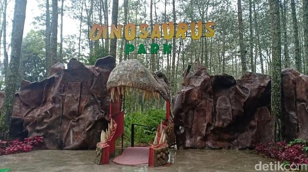 Menjelang libur Natal dan tahun baru, jumlah pengunjung di Mojosemi Forest Park, Magetan meningkat. Terlebih usai viral video dinosaurus mengamuk.