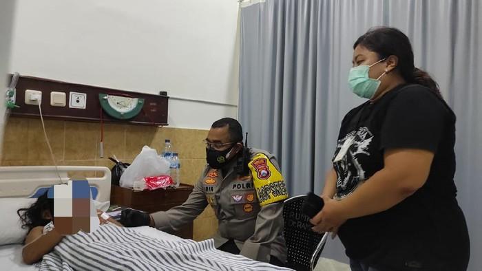 Seorang wanita dan putrinya menjadi korban jambret di Jalan Tidar, Sawahan, Surabaya pada Jumat (18/11) malam. Sang putri mengalami luka berat akibat terjatuh saat kejadian.