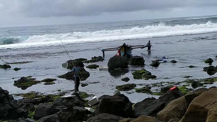 Perahu nelayan Pacitan terbalik dihantam Ombak di perairan Pantai Wawaran, Kecamatan Kebonagung. Seorang nelayan bernama Fendi, warga Jawa Barat tewas.