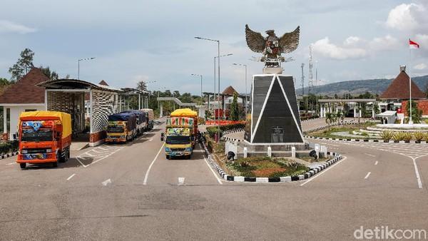 Sebelum ada PLBN Motamasin, kondisi jalan masih cukup memprihatinkan dan sulit untuk diakses kendaraan bermotor. Namun sejak Presiden Jokowi membangun jalan Sabuk Merah dari Belu hingga Malaka, kini akses jalan pun kian membaik.
