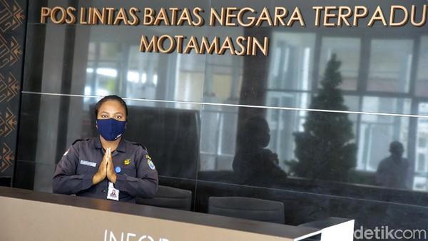 Petugas selalu ramah menyambut warga yang akan keluar masuk Indonesia-Timor Leste.