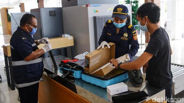 Pemeriksaan dilakukan secara ketat terhadap barang bawaan warga yang melintas di PLBN Motamasin.