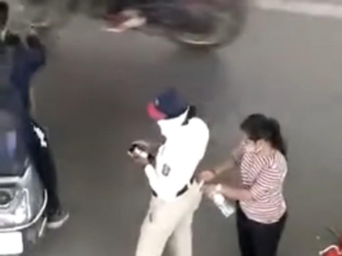 Polisi terima uang suap dari pelanggar lalu lintas di India.