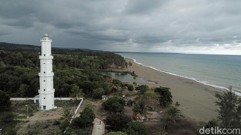 Selain Pos Lintas Batas Negara, Motamasin di Kabupaten Malaka juga memilik mercusuar. Mercusuar tersebut dikelola oleh Kementerian Perhubungan Laut.