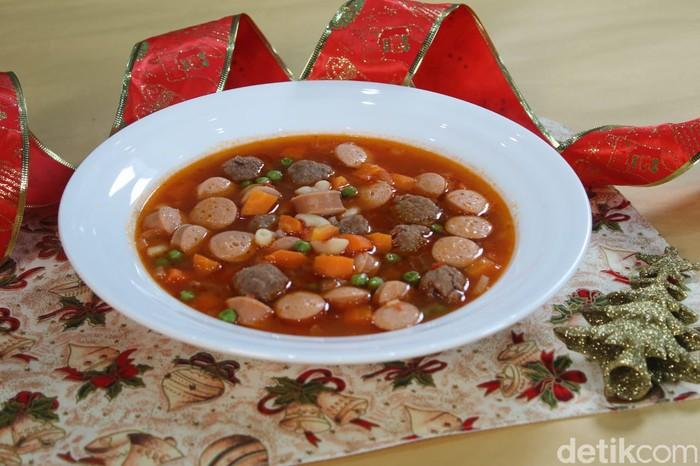 Slurpp! Gurih Segar Sup Merah Bola Daging dan Sosis