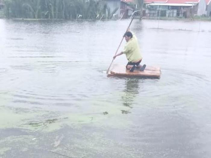 Viral kurir antar paket untuk pelanggan gunakan rakit karena banjir di Makassar, Sulsel.