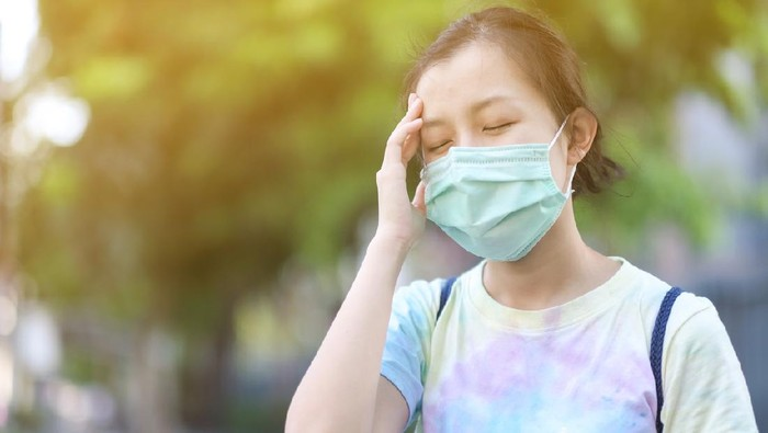 Asian girl with surgical mask felling dizziness