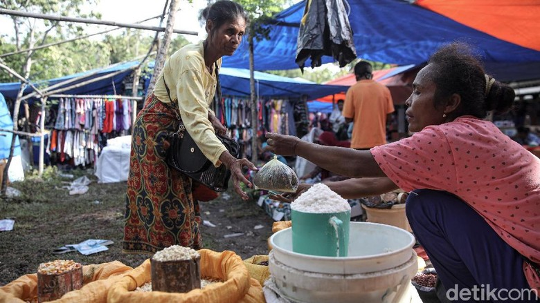 Pasar Alas Abang di Kabupaten Malaka, NTT, tak pernah sepi dari aktivitas jual-beli setiap hari Kamis. Pasalnya pasar itu hanya buka seminggu sekali tiap Kamis.