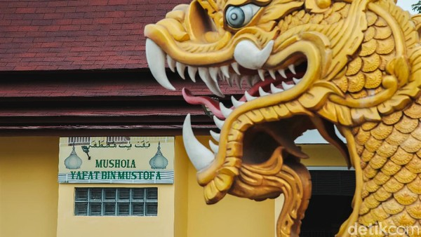 Hal tersebut terlihat dari kehadiran Mushola Yafat bin Mustofa yang berada di sebelah kiri bangunan Vihara Hemadhiro Mettavati.