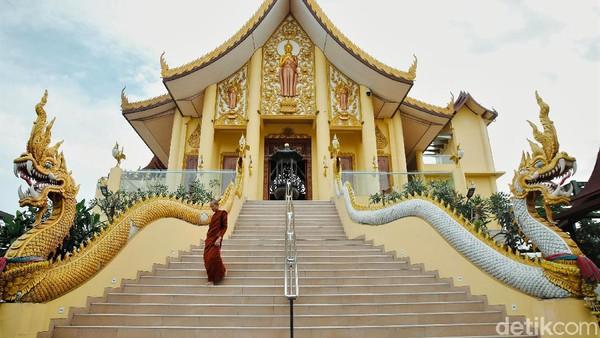 Di tengah area permukiman warga di kawasan Kapuk Raya, Cengkareng, Jakarta Barat, berdiri sebuah bangunan megah dan berkilau emas.