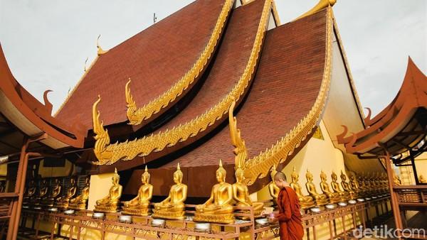 Vihara itu diketahui memiliki 108 patung Buddha yang berada di lantai 3 bangunan tersebut.