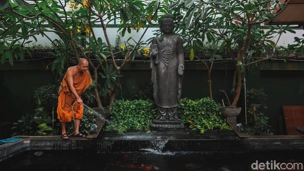 Selain berdiri bangunan vihara, kawasan tersebut juga dilengkapi dengan taman dan kolam ikan.