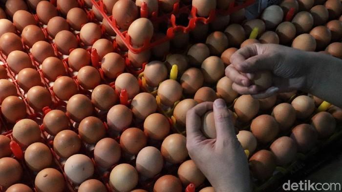 Harga telur ayam di pasar tradisional Kota Bandung mengalami kenaikan. Seperti halnya di Pasar Kosambi, harga telur ayam tembus Rp 29 ribu per kilogram.