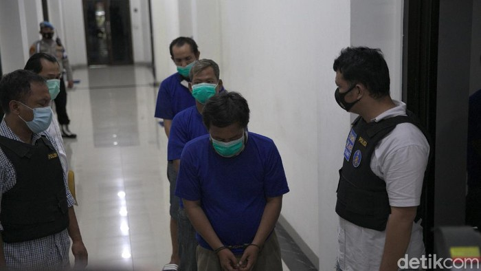 Polisi tangkap tiga orang yang diduga sebagai calo jasa penyedia rapid test di Stasiun Pasar Senen. Polisi pun masih melakukan penyelidikan terkait kasus itu.