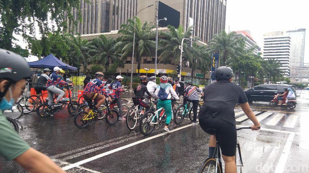Sempat Hujan, Kawasan Patung Kuda Jakarta Ramai Warga Bersepeda Pagi Ini