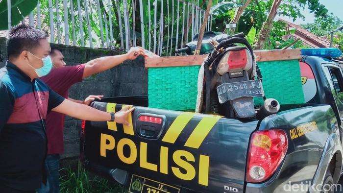 Motor milik pencari rumput yang tewas di bendungan Klaten dievakuasi polisi, Minggu (20/12/2020)