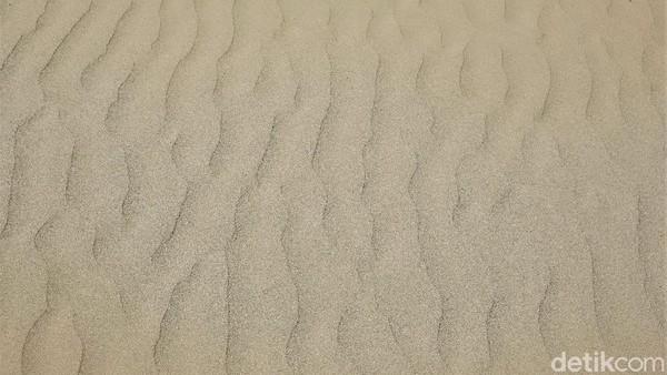 Pantai itu terkenal dengan hamparan pasir putihnya yang memiliki panjang mencapai puluhan kilometer.