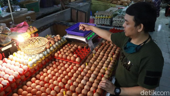 Pedagang telur di Pasar Kosambi, Bandung.