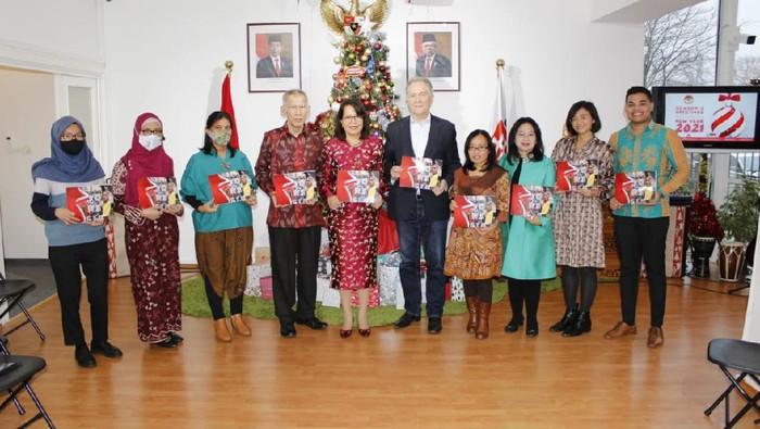 "Bertempat di KBRI Bratislava, Slowakia telah diluncurkan buku (soft launcing) ""Indonesia: Unity in Diversity."" Buku tersebut ditulis oleh mantan Menteri Luar Negeri Slowakia, Dr. Pavol Demes."