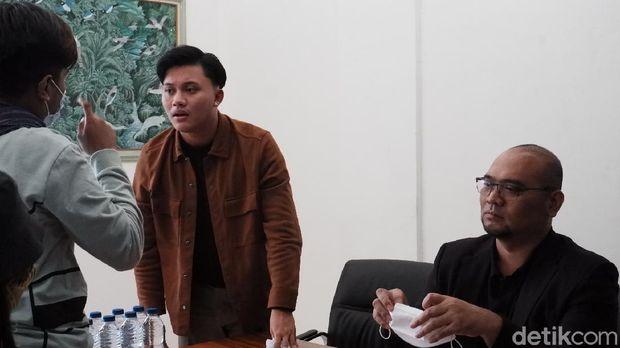 Putri Delina dan Rizky Febian saat jumpa pers di Bandung