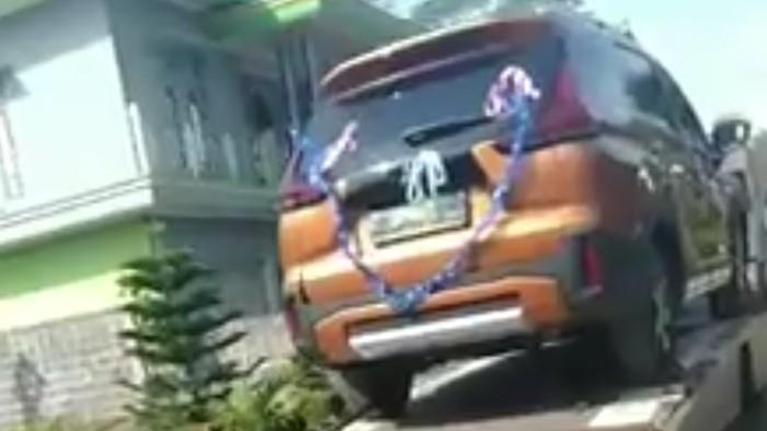 Seserahan mobil berhias pita di Batang, Jawa Tengah, yang jadi sorotan