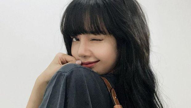 Lisa BLACKPINK adalah salah satu penyanyi muda asal Thailand yang jadi idola generasi masa kini. Cantiknya Lisa terpancar bagaimana pun gaya yang ditampilkannya.