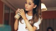 Pose Menggemaskan Ariana Grande saat Ngopi