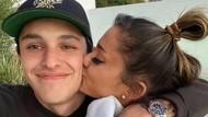 7 Potret Romantis Ariana Grande dan Dalton Gomez yang Baru Bertunangan