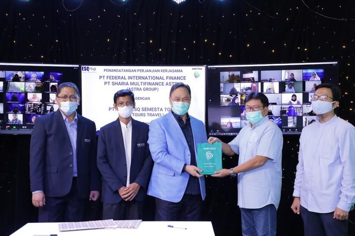 ESQ Tours Travel dan PT Sharia Multifinance Astra menandatangani Kesepakatan Kerjasama kedua belah pihak untuk membantu calon jemaah haji dan umroh.