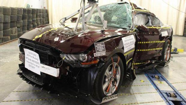 Ford Mustang bekas uji tabrak dilelang