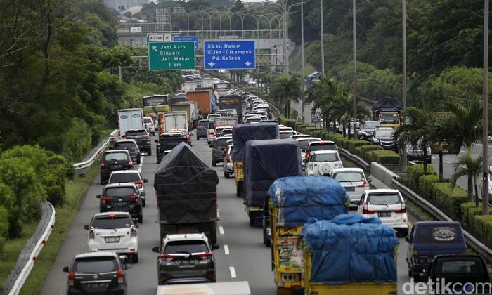 Lima hari menjelang perayaan Natal 2020, arus kendaraan mengular panjang yang akan meninggalkan Jakarta menuju Cikampek , di KM39 Tol JORR Jakarta, Senin (21/12/2020) pagi