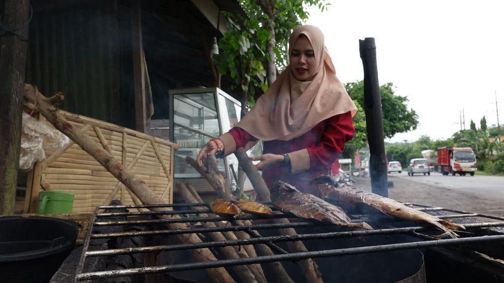 Lewat Probolinggo Bisa Bertemu Siti, Penjual Ikan Asap yang Cantik dan Ramah