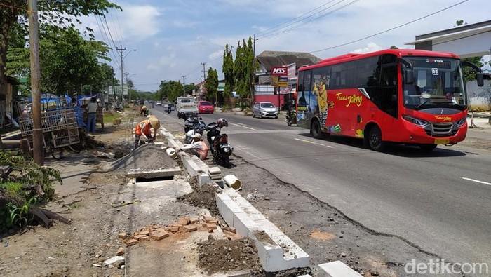 Kementerian PUPR melebarkan jalan dari Bandara New Yogyakarta International Airport (NYIA) di Kulon Progo menuju Candi Borobudur. Selain itu, melakukan pembangunan trotoar atau jalur pedestrian di sekitar kawasan Candi Borobudur agar membuat wisatawan nyaman.