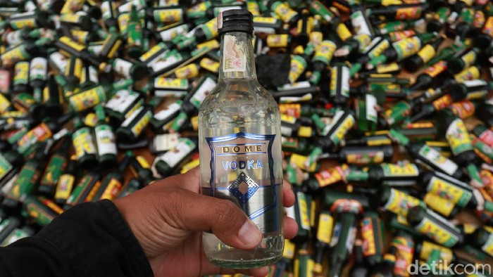 Forum Komunikasi Pimpinan Daerah (Forkompimda) Kabupaten Bandung memusnahkan ribuan botol miras dalam kemasan botol dan ribuan liter miras jenis tuak.