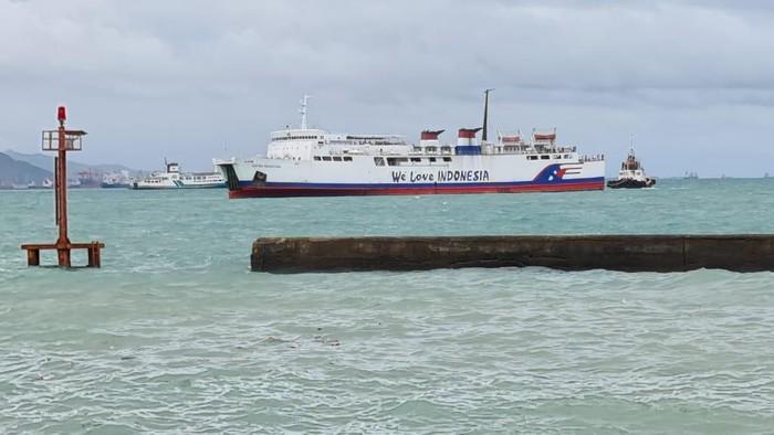 Kapal feri KMP Safira Nusantara kandas di Laut Merak (Foto: M Iqbal/detikcom)