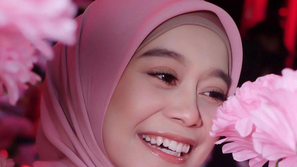 TOP 5: Lesti Wanita Tercantik Dunia, Gejala Corona Dewi Perssik