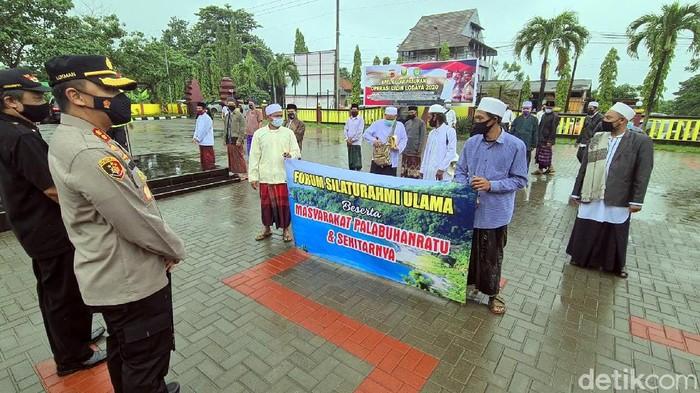 Massa datangi Polres Sukabumi minta Habib Rizieq dibebaskan.