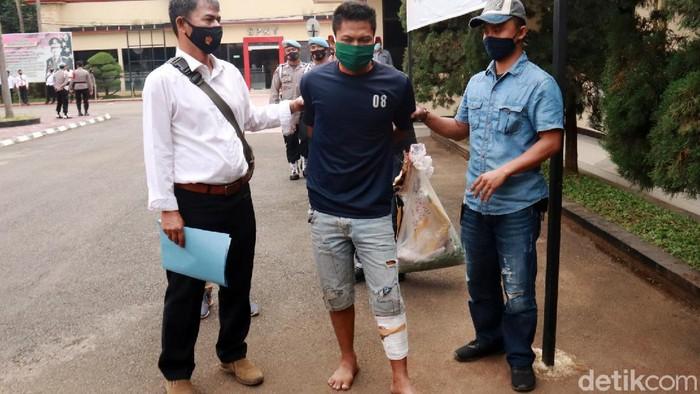 Polisi berhasil menangkap pelaku pembunuhan seorang kusir delman di Majalaya, Kabupaten Bandung. Pelaku adalah Aldi (21) yang tak lain merupakan rekan korban.