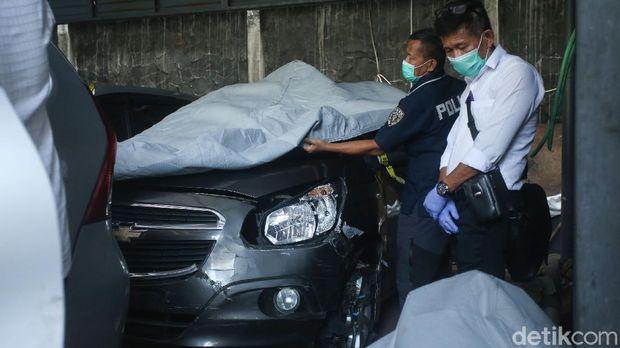 Petugas dari Komnas HAM dan Bareskrim Polri memeriksa mobil laskar FPI di Polda Metro Jaya, Senin (21/12/2020).