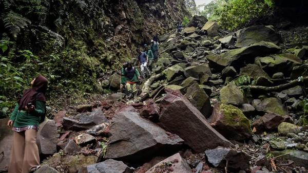 Medan yang berat tak menyurutkan semangat mereka dalam menjaga hutan di Bener Meriah, Aceh.