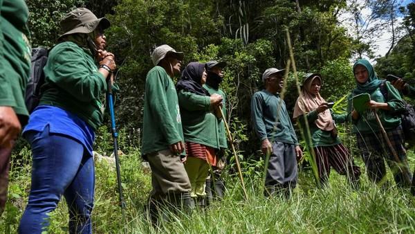 Sejumlah polisi wanita melakukan patroli di hutan Bener Meriah, Aceh.