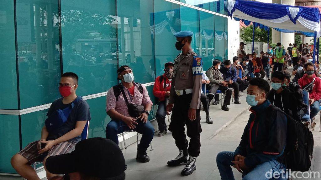 Potret Antrean Penumpang Rapid Test Antigen di Bandara Soetta