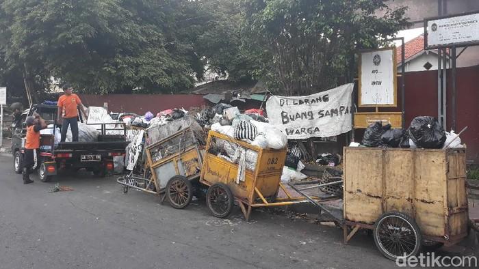 Sampah menumpuk di salah satu TPS di Kota Yogyakarta buntut TPST Piyungan ditutup, Senin (21/12/2020).