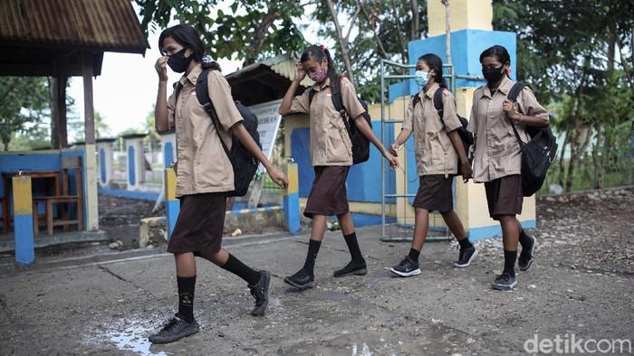 Siswa/i SMA Negeri Harakake berjalan menuju sekolah mereka yang berlokasi di Kabupaten Malaka, Timor Tengah Selatan, NTT.